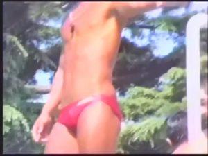 【ゲイ動画ビデオ】アナル丸見えムチムチ海パン! プリケツとデカチンがはち切れそうな筋肉マッチョライフセーバーのオナニーとディルドプレイ!
