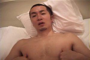 【ゲイ動画ビデオ】ボウズの筋肉イケメンを巨根で貫きながら乳首を摘まむと、ケツマンがよく絞まる! ゴーグルマンのオラオラ責めに恍惚状態!