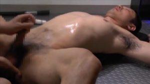 【ゲイ動画ビデオ】トレーニング中の筋肉マッチョイケメンの巨根を電マで震わせアナルをディルドで悪戯! 引き締まった肉孔ヒクヒク!