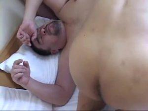 【ゲイ動画ビデオ】超弩級どすこい体型のぽっちゃり系髭イケメンが、イケオジにベロキスしながらアナルを巨根で埋める迫力肉セックス!