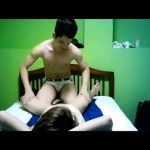 【ゲイ動画・無音】秘密のマッサージ店。筋肉イケメンがジャニーズ系スリ筋美少年を揉んでは巨根を弄るエッチを始めちゃう!