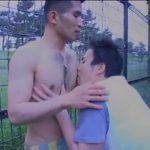 【ゲイ動画】公衆便所でチンポを見て気に入ったガテン系筋肉イケメンが、スジ筋イケメン野郎のチンポを外でおしゃぶり! 青姦にまでハッテン!