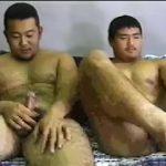 【ゲイ動画】ぽっちゃり寄りのガチムチマッチョイケメンノンケが、二人の並んで自慢の巨根を扱きまくり!