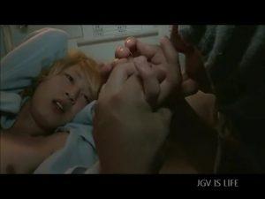 【ゲイ動画ビデオ】入院中で身動きが取れないジャニーズ系スリム超絶美少年に、ちんぐり返しバキュームフェラの悪戯をする男!