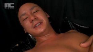 【ゲイ動画ビデオ】全身にローションを塗り込めて、巨根を両手で手コキしながら亀頭をフェラされ大量のザーメンを放射するノンケ筋肉イケメン!