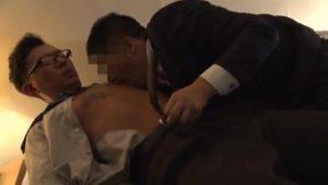 【ゲイ動画ビデオ】筋肉先輩に勤務中のハッテン場通いを目撃されたメガネリーマン、脅迫リバファックされ快楽昇天♪