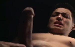 【ゲイ動画】スーツのガチムチマッチョイケメン中年が、巨根をシコシコしたりぶん回して射精するオナニーを披露!
