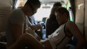 【ゲイ動画ビデオ】日中、人の多い場所に駐車した車内でやんちゃ系筋肉イケメンくんと本番撮影しちゃいました!