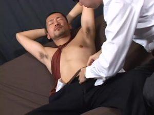 【ゲイ動画】強面短髪スジ筋イケメンリーマンが、緊張した顔のままゴーグルマンにアナルを巨根で掘削されビクンビクン♪