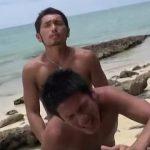【ゲイ動画】ビーチ満喫青姦ファック! 青空の下、波にスジ筋ボディを洗われながら激しく巨根で繋がるイケメンセックス!