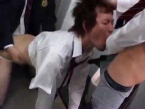 【ゲイ動画ビデオ】肉便器となった筋肉イケメンDKが、拘束され便所でやんちゃ少年たちに輪姦されるオラオラ脅迫ファック!