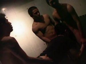 【ゲイ動画ビデオ】三人のスジ筋イケメン、筋肉イケメンたちがゴーグルマンの口とアナルを使って欲骨卯を吐き出す4P輪姦!