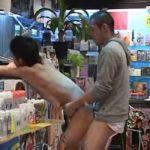 【ゲイ動画】このスジ筋イケメン、誘ってやがる…レンタルビデオ屋で全裸登場したイケメンを立ちバックではめまくる巨根ファンタジー!