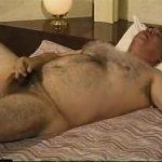 【ゲイ動画】全身毛だらけ、究極のクマ系ガチポチャイケオジのオナニー! スーツを脱いだら淫乱本性と巨根を露わに!