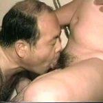 【ゲイ動画】中年男の性欲を舐めてはいけない! オナニーでも手コキされても、巨根はビンビンになるんだから!