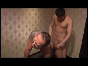 【ゲイ動画ビデオ】タトゥーを入れたガチポチャイケオジのアナルに巨根が包まれる! 肉感的な年の差セックス!