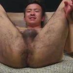 【ゲイ動画】体毛がセクシーなウルフ系筋肉イケメンノンケがちんぐり返しでアナルを舐められ、ディルドを挿入されアナでイク!