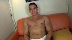 【ゲイ動画ビデオ】アジア系ガチムチマッチョイケメンが、西洋人のオジサマに手コキされ巨根から種汁噴射!