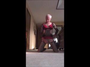 【ゲイ動画ビデオ】顔はダンディーなスジ筋イケオジ外国人が、タイツとブラジャー姿で大胆アナニーを自撮り!