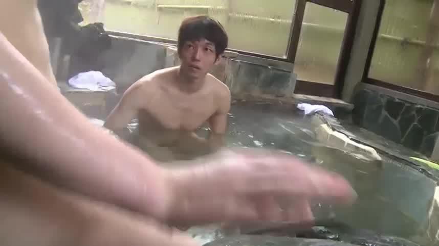 【ゲイ動画】露天風呂に入ってきたスジ筋イケメン、いきなり巨根つき巨乳美女に迫られ青姦ファックが始まっちゃったwww