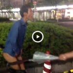 【Vine動画】路上で巨根出したスリムイケメンの股間をやんちゃ系ガチムチ筋肉イケメンが傘で殴る暴挙に出たw