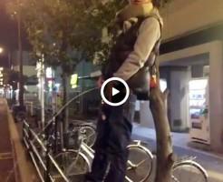 【Vine動画】路上で柵の上に立ってチンコ丸出し放尿するやんちゃ系イケメン君w