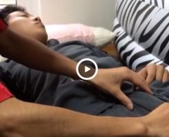 【Vine動画】ガチ寝してるジャニーズ系筋肉イケメンの巨根をペンやゴキブリで弄ってみたw