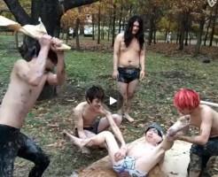 【Vine動画】森の中で個性豊かなジャニーズ系イケメン達が生贄美少年の両脚を開かせ股間をぶっ叩くw