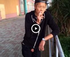 【Vine動画】金髪やんちゃ系スリムイケメンが野外でおいなりさんを盛大露出しながらキメ顔でタバコ吸ってるw