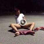 【Vine動画】深夜の路上で巨根を剥き出しオナニーするスジ筋イケメン手が邪魔!