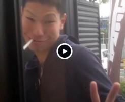 【Vine動画】細目のスリムイケメンが野外で巨根露出しながらピース♪