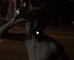【Vine動画】野外で筋肉マッチョ童顔イケメンが目と筋肉でビールを飲み干す無茶をする!