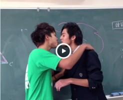 【Vine動画】教室でジャニーズ系スリムイケメンDKがポッキーキスしてイチャイチャを見せつける♪