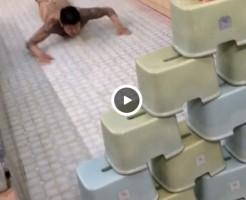 【Vine動画】銭湯でディルドを使った人間ボーリングをする全裸のやんちゃ系筋肉イケメン、巨根擦れるやろそれw