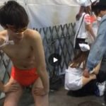 【Vine動画】渋谷路上でおパンツ一丁のスリム筋肉イケメンをお仕置き棒でスパンキングするプレイ発生w