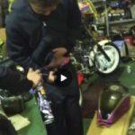 【Vine動画】バイク工房で巨根を冷却するやんちゃ系筋肉イケメンw
