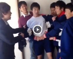 【Vine動画】集団DKに囲まれて無理矢理服を脱がされてゆく筋肉イケメンDKがレイプされているようにしか見えないわ!