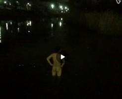 【Vine動画】夜の池で全裸になって平泳ぎしちゃう筋肉マッチョイケメンの引き締まったお尻に視線が釘付けw