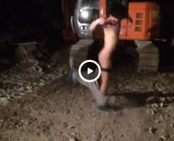 【Vine動画】夜の工事現場で手を使わずに服を脱ごうと頑張てフルチンになったジャニーズ系スリム筋肉イケメンw