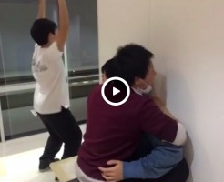 【Vine動画】廊下でジャニーズ系イケメンが騎乗位腰振り、その横で謎のくねくねダンスってなにこれ?w