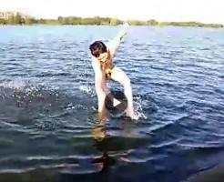 【Vine動画】巨根フルチンで川に入って出られないやんちゃ系筋肉イケメンたちw