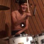 【Vine動画】ドラムが叩けなくても上半身裸のジャニーズ系筋肉イケメンだと絵になるという例w