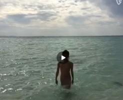 【Vine動画】海からズンズンとジャニーズ系童顔イケメンがフルチンで上陸してきたんだけどw