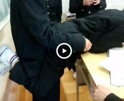 【Vine動画】イケメン男子高校生が机に上半身を乗せてアクロバットセックスごっこw