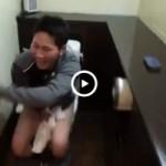 【Vine動画】やんちゃ系イケメンがトイレに駆け込むも友達が解錠して巨根を撮影しようとしてるカオスw