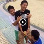 【Vine動画】手コキと乳首責めで盛大潮吹きする筋肉イケメンの3Pで「あっ!あっ!イク!」w