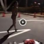 【Vine動画】スリム筋肉イケメンが外で自慢げに全裸と巨根を披露したくせに、照れまくってるw