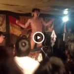 【Vine動画】ライブが最高潮に盛り上がったからパンツ脱いで巨根見せちゃったスリ筋イケメンロッカーw
