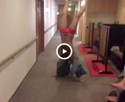 【Vine動画】スリム筋肉イケメンが逆立ちしたら、亀頭と陰毛がまさかのぽろりw
